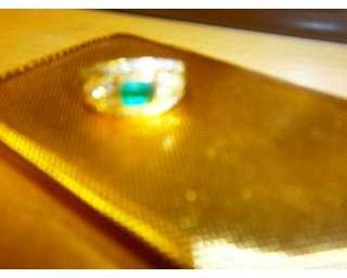 Gioiello in oro giallo e smeraldo puro colombiano con brillanti